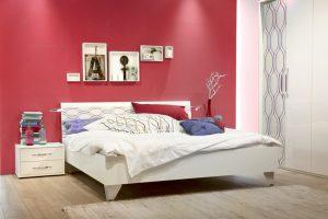 een rode muur in de slaapkamer