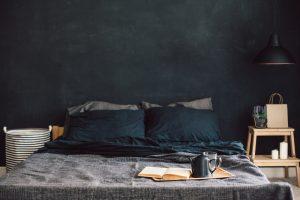 een zwarte slaapkamer