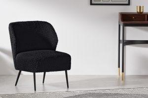 zwarte-fauteuil-in-de-slaapkamer
